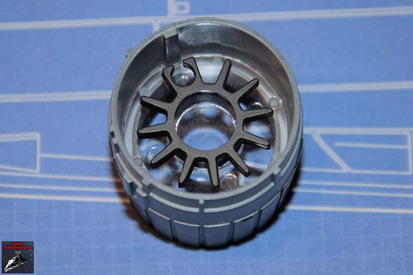 DeAgostini Bau deinen X-Wing Ausgabe 57 Die Linse wird mit dem Schubdiffusor verbunden und in die Schubdüse geschoben
