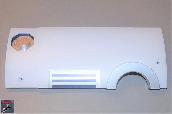 Build your own R2-D2 Heft 68 Der Grill wird in die Halterung gelegt und diese an die Rumpfplatte geschraubt. Die Schulterdichtung wird in die runde Öffnung geschoben
