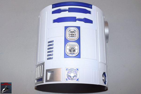 Build your own R2-D2 Heft 86 Die Rumpfverkleidung wird mit den Verbindungsstücken an die bisherigen Frontverkleidungen geschraubt