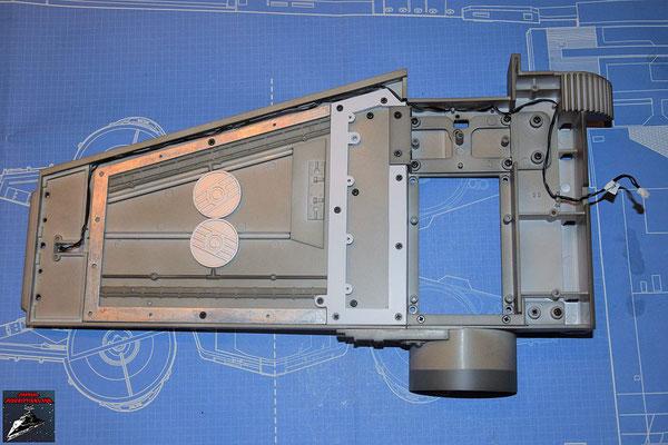 DeAgostini Bau deinen X-Wing Ausgabe 58 Der Flügel und der Antrieb werden mit den Verstrebungen zusammengeschraubt. Zuvor wird das Rahmenteil an den Flügel geschraubt. Anschließend wird das Kabel für die Laserkanone verlegt