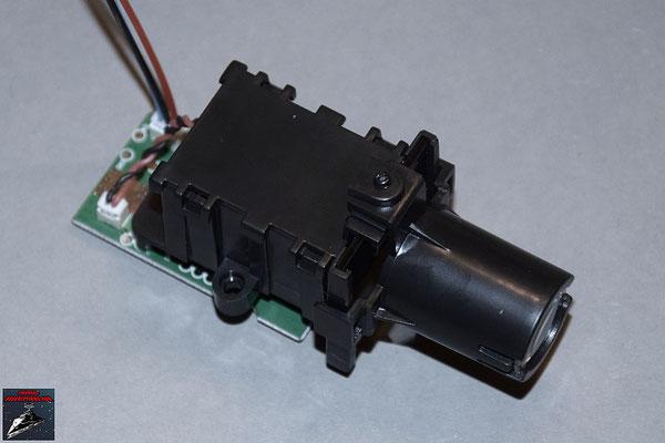 Build your own R2-D2 Heft 29 Die Das Projektor-Display wird in Halterung gesteckt und das Steuerboard festgeschraubt. Die Linsen werden eingesetzt und die Abdeckung angeschraubt