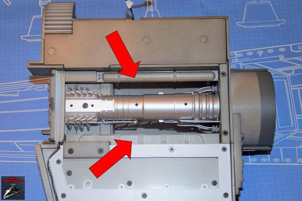 DeAgostini Bau deinen X-Wing Ausgabe 61 Die beiden Einfassbänder und die Maschinenabdeckung werden an die Innenseite des Flügels geschraubt.