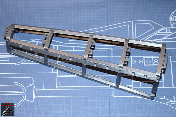DeAgostini Bau deinen X-Wing Ausgabe 35 Die Querstangen und Streben des Rahmens werden miteinander verschraubt