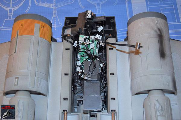 DeAgostini Bau deinen X-Wing Ausgabe 72 Die restlichen Kabel (Hauptenergieschalter, Sperrschalter für das Fahrwerk, Fernbedienung, Antrieb für R2-D2) werden an die Platine angeschlossen.