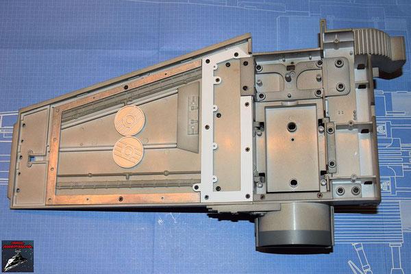 DeAgostini Bau deinen X-Wing Ausgabe 45 Der Flügel und der Antrieb werden mit den Verstrebungen zusammengeschraubt. Zuvor wird das Rahmenteil an den Flügel geschraubt.