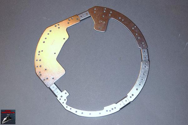 Build your own R2-D2 Heft 15 Die beiden Ringteile werden mit den Verbindungsstücken an die beiden vorherigen Ringteile geschraubt