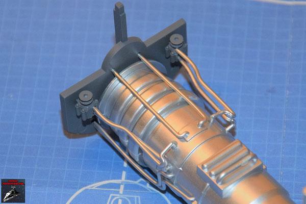 DeAgostini Bau deinen X-Wing Ausgabe 60 Die Rohre werden an dem Energieverteiler befestigt.