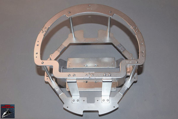Build your own R2-D2 Heft 74 Die zusammengeschraubten Teile des Rumpfrahmens werden an das bisherige Gerüst geschraubt