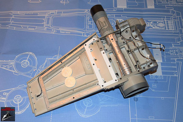 DeAgostini Bau deinen X-Wing Ausgabe 46 Die beiden Hälften des Energieverteilers werden zusammengesteckt und die Rohrleitungen befestigt. Die Baugruppe wird anschließend in den Flügel gesetzt