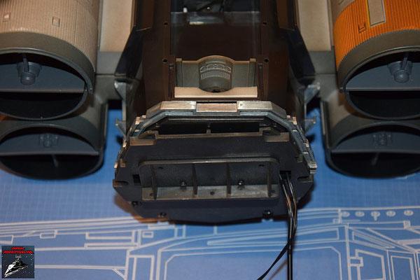 DeAgostini Bau deinen X-Wing Ausgabe 81 Der Rahmen für die hintere Rückwand wird eingesetzt.