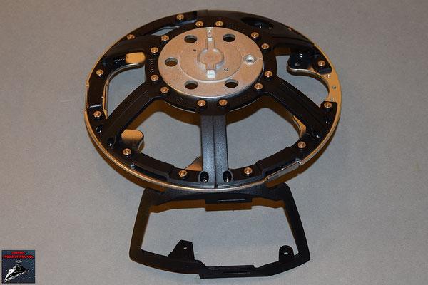 Build your own R2-D2 Heft 10 Das Rahmenteil wird an die Kuppelplatte geschraubt
