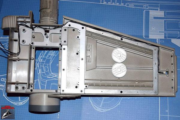 DeAgostini Bau deinen X-Wing Ausgabe 14 Das Kabel für die Laserkanone wird in der Innenseite des Flügels verlegt