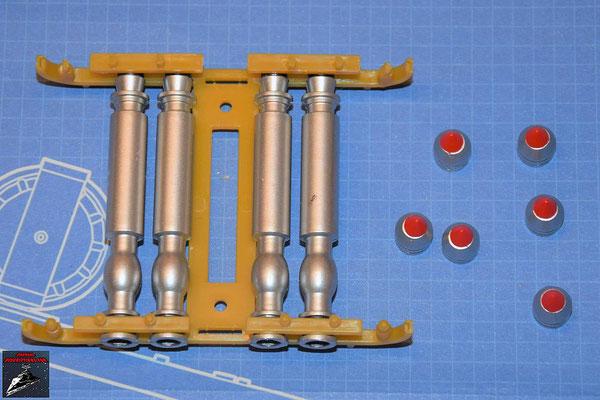 DeAgostini Bau deinen X-Wing Ausgabe 75 Die Torpedooberteile werden auf die -unterteile aus Ausgabe 74 und die Abstandhalter auf die die fertigen Torpedos gesteckt. Die Torpedosprengköpfe und die Torpedospitzen werden zusammengesteckt