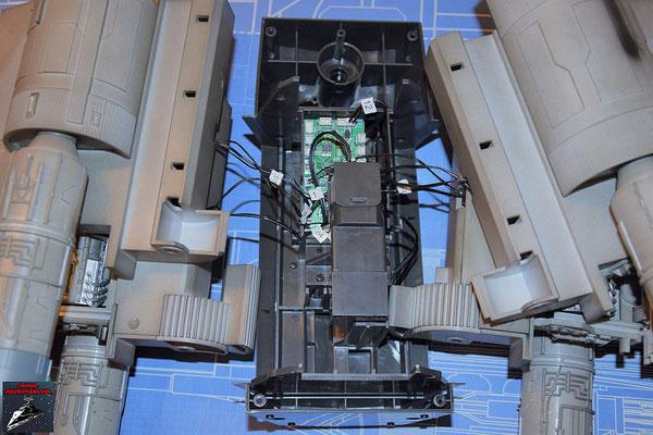 DeAgostini Bau deinen X-Wing Ausgabe 71 Der Antrieb für die Flügel wird eingesetzt und an die Platine angeschlossen