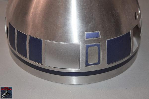 Build your own R2-D2 Heft 56 Die beiden Kuppelteile werden von innen mit den Klebestreifen an der Kuppel befestigt