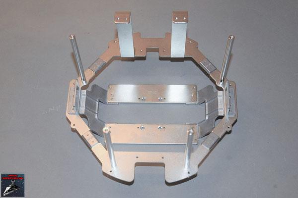 Build your own R2-D2 Heft 73 Die Teile des Rumpfrahmens werden an die bisher zusammengesetzten Teile geschraubt