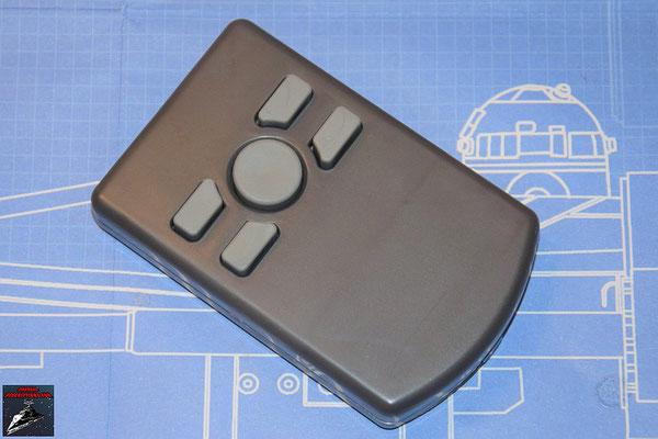 DeAgostini Bau deinen X-Wing Ausgabe 67 Die Gehäuseteile der Fernbedienung werden miteinander verschraubt und die Batterieabdeckung eingesetzt