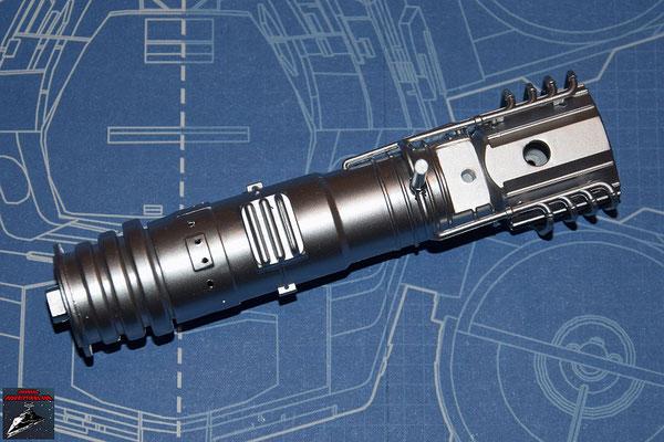 DeAgostini Bau deinen X-Wing Ausgabe 15 Die beiden Hälften des Energieverteilers werden zusammengesteckt und die Rohrleitungen befestigt.
