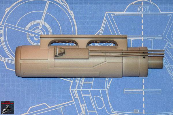 DeAgostini Bau deinen X-Wing Ausgabe 49 Die Seitenrohre werden an das Gehäusde der oberen Backbordkanone gesteckt