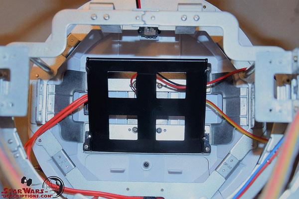 Build your own R2-D2 Heft 93 Die Batterievoxhalterung wird auf den Boden des Rumpfes geschraubt
