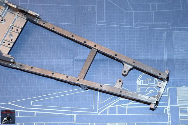 DeAgostini Bau deinen X-Wing Ausgabe 33 Die beiden Querstreben werden an das Rumpfgerüst geschraubt.