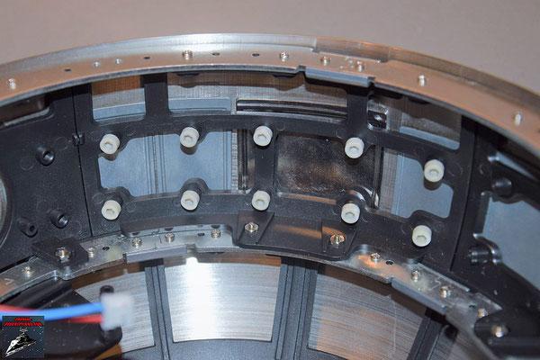 Build your own R2-D2 Heft 65 Die Stabilisatoren werden angeschraubt