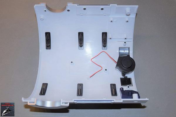 Build your own R2-D2 Heft 74 Die Rumpfverkleidung wird mit den Verbindungsstücken an die bisherigen Verkleidungen geschraubt / Innenansicht