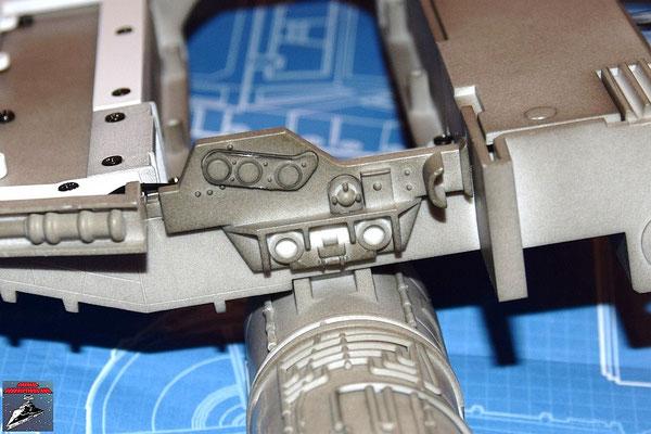 DeAgostini Bau deinen X-Wing Ausgabe 16 Die drei Anbaudetails werden an der Flügelhinterkante befestigt und Kante an dem Flügel befestigt.