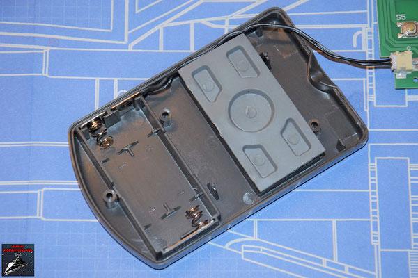 DeAgostini Bau deinen X-Wing Ausgabe 67 Die Batterieüberbrückungen und die Kontrollknöpfe werden in Gehäuserückseite der Fernbedienung gelegt