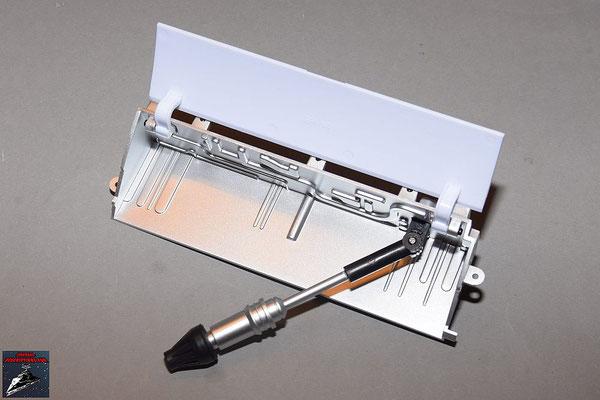 Build your own R2-D2 Heft 86 Die Einzelteile des Werkzeugarms werden zusammengesetzt, der Arm in das Gehäuse geschraubt und die Abdeckung befestigt