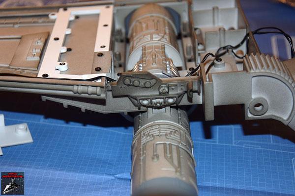 DeAgostini Bau deinen X-Wing Ausgabe 30 Die Anbaudetails werden an der Kantenverstärkung angebracht und diese an der Rückseite der Antriebsbesfestigung des unteren Backbordflügels befestigt.