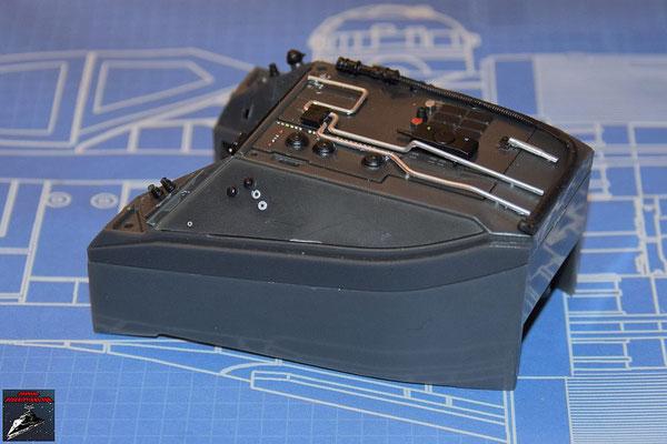 DeAgostini Bau deinen X-Wing Ausgabe 63 Die beiden Hälften der Instrumentenkonsole werden miteinander verschraubt