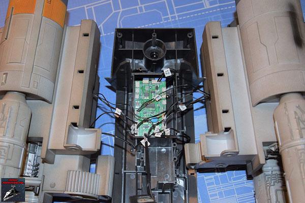 DeAgostini Bau deinen X-Wing Ausgabe 71 Die Platine aus Ausgabe 67 wird in die Halterung für die Flugmechanik gelegt und die Kabel der vier Flügel angeschlossen.