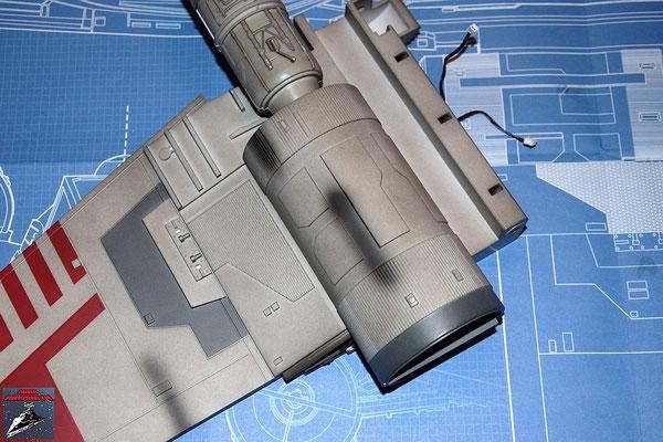 DeAgostini Bau deinen X-Wing Ausgabe 16 Das Antriebsgehäuse aus Ausgabe 10 wird auf die Außenseite des Flügels geschraubt.