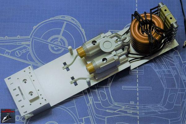 DeAgostini Bau deinen X-Wing Ausgabe 81 Die hintere Platte des Hyperantriebs wird zusammen mit den Befestigungen für die Platte und der oberen Abdeckung an der Hyperantriebsbefestigung befestigt. Die beiden Mittelsäulen werden eingesetzt