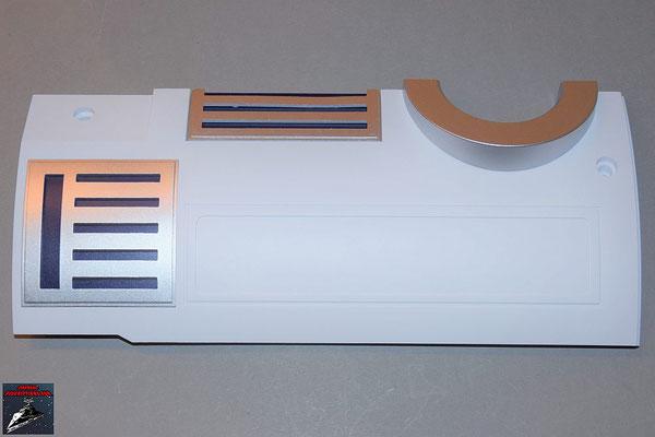 Build your own R2-D2 Heft 74 Die Details werden an der Rumpfverkleidung befestigt