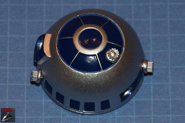 DeAgostini Bau deinen X-Wing Ausgabe 1 Die drei Holoprojektoren werden in die Öffnungen in der Kuppel von R2-D2 gedrückt