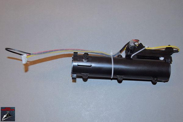 Build your own R2-D2 Heft 77 Die Kabel der Lichtschwertvorrichtung werden mit den Kabelbindern am Gehäuse fixiert