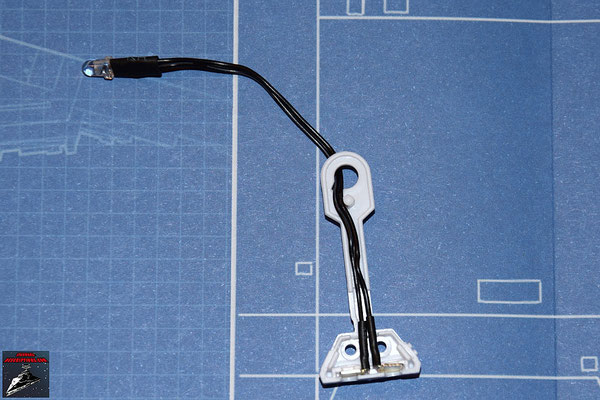 DeAgostini Bau deinen X-Wing Ausgabe 3 Die Metallkontakte der LED werden in der Innenhälfte des rechten Beines von R2-D2 verankert