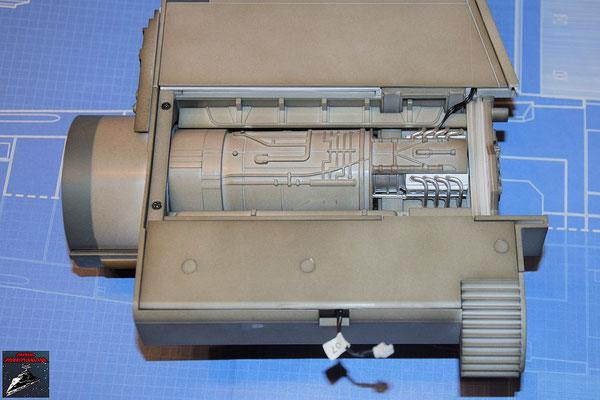 DeAgostini Bau deinen X-Wing Ausgabe 62 Die Maschinenabdeckung wird auf den Energieverteiler gesteckt