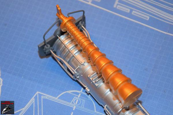 DeAgostini Bau deinen X-Wing Ausgabe 60 Die beiden Hälften des Reaktandeinspritzers werden zusammengesteckt und dieser an dem Energieverteiler befestigt.