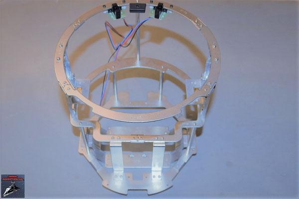 Build your own R2-D2 Heft 84 Der oberer Rahmen wird auf das bisherige Gerüst des Rumpfes geschraubt