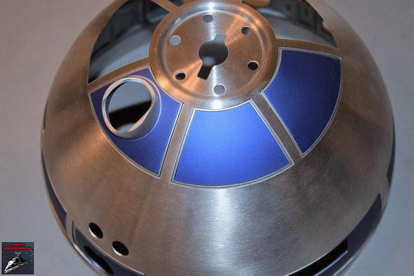 Build your own R2-D2 Heft 63 Die beiden Kuppelteile werden mit den Klebestreifen von innen an der Kuppel befestigt.