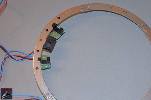 Build your own R2-D2 Heft 83 Die Drehsensoren und der Stopper werden an die Rahmenteile geschraubt