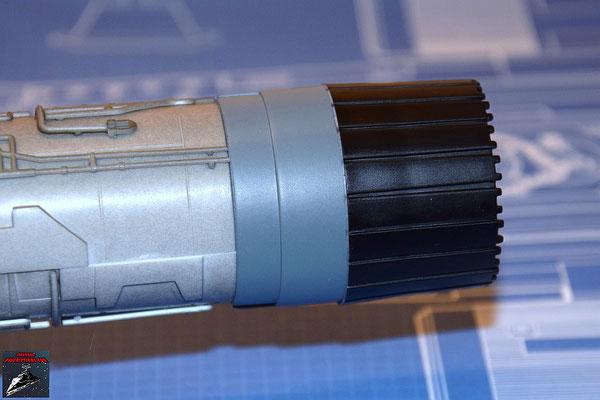 DeAgostini Bau deinen X-Wing Ausgabe 27 Die Schubdüse wird auf das Fusionstriebwerksgehäuse geschoben