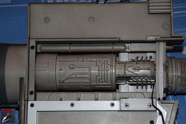 DeAgostini Bau deinen X-Wing Ausgabe 17 Die Maschinenabdeckung wird über den Energieverteiler geschraubt.