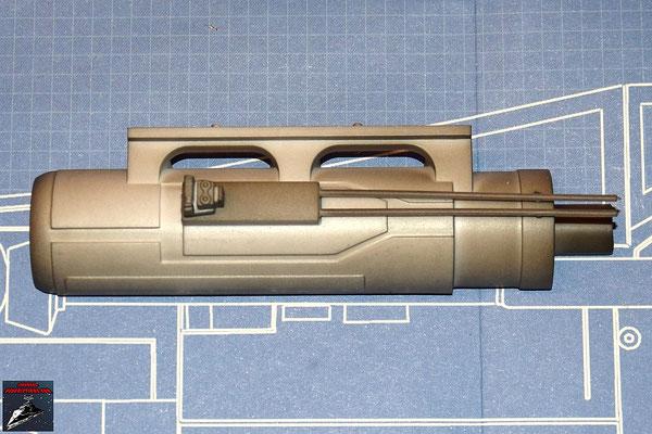 DeAgostini Bau deinen X-Wing Ausgabe 32 Das Seitendetail wird in die Halterung an den Seitenrohren gedrückt und die Rohre an der äußeren Hälfte des Gehäuses der oberen Backbordkanone befestigt.