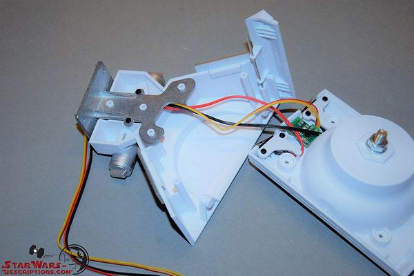 Build your own R2-D2 Heft 91 Das Verbindungsstück wird an die linke Hälfte des Mittelfußes geschraubt und die Kabel der Bodenplatte verlegt