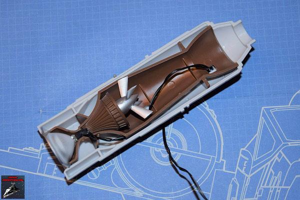 DeAgostini Bau deinen X-Wing Ausgabe 57 Die Hälfte der Fusionskammer wird in der unteren Hälfte des Fusionstriebwerksgehäuse befestigt, die LED an dem Refelektor befestigt und dieser ebenfalls in das Gerhäuse gesteckt