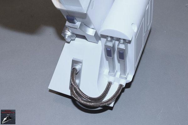 Build your own R2-D2 Heft 34 Die äußere Hälfte der Brennstoffzellen-Hülle wird an den Fuß geschraubt und die Anbaudetails angebracht. Anschließend werden die Kabel in die Halterungen gesteckt